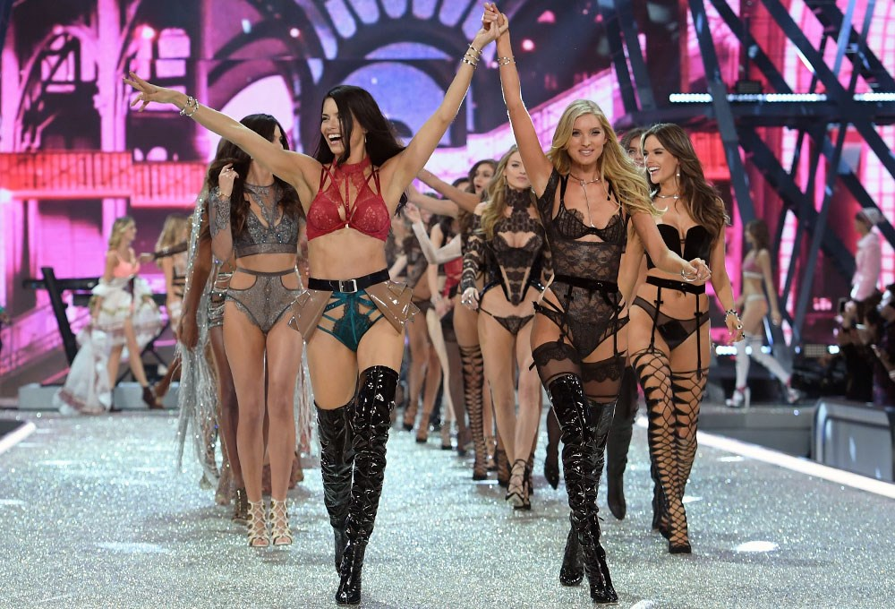 Victoria's Secret Show Paris'i büyüledi